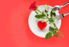 华伦泰晚餐浪漫爱食物和喜爱烹调概念-装饰的浪漫桌设置 库存图片