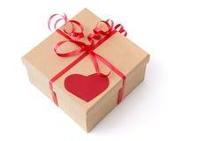 华伦泰有红色心脏的礼物盒 库存照片