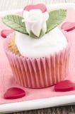 华伦泰杯形蛋糕与与上升了 免版税库存图片
