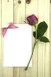 华伦泰桃红色玫瑰和贺卡在木背景 库存图片