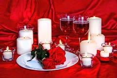 华伦泰烛光、酒和玫瑰 免版税库存图片