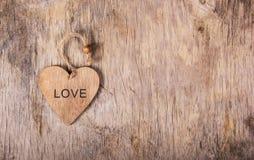 华伦泰用手由木头制成在老木背景 日s华伦泰 复制空间 免版税库存照片