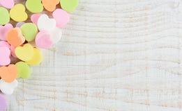 华伦泰的在角落的糖果心脏 免版税库存照片