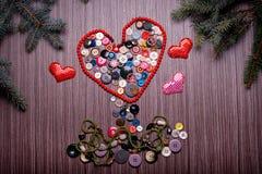 华伦泰的心脏组成由在黑暗的委员会的按钮 库存照片