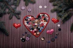 华伦泰的心脏组成由在黑暗的委员会的按钮 免版税库存图片