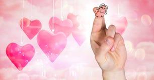 华伦泰的手指爱夫妇和垂悬的心脏 免版税库存照片