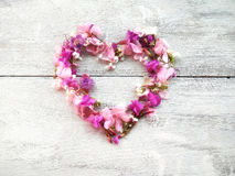 华伦泰的美好的花心脏形状木背景的 免版税图库摄影