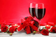 华伦泰礼品与玫瑰和蜡烛的重点形状 库存图片