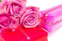 华伦泰礼品和玫瑰 免版税库存图片
