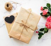 华伦泰礼物盒和玫瑰花束 免版税图库摄影