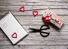 华伦泰礼物盒,剪,笔记本和心脏形状标记  免版税库存照片
