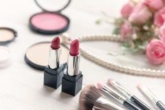 华伦泰礼物 构成化妆用品工具背景和秀丽化妆用品、产品和面部化妆用品包裹唇膏有桃红色r的 免版税库存照片