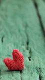 华伦泰背景,在绿色木的红色心脏 库存照片