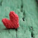 华伦泰背景,在绿色木的红色心脏 免版税库存图片