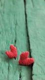 华伦泰背景,在绿色木的红色心脏 库存图片