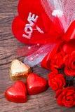 华伦泰装饰、心形的巧克力、玫瑰、心脏和l 库存照片