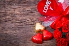 华伦泰装饰、心形的巧克力、玫瑰、心脏和l 图库摄影