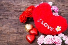华伦泰装饰、心形的巧克力、玫瑰、心脏和l 免版税库存照片