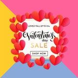 华伦泰销售横幅或海报红色心脏样式设计模板在花卉背景和金黄框架的 传染媒介情人节 免版税图库摄影