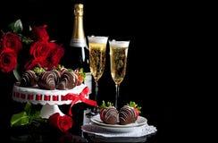 华伦泰香宾玫瑰涂了巧克力的草莓 库存照片