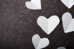 华伦泰,在巧克力背景的白色心脏,空间,进入词的地方 免版税图库摄影