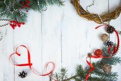 华伦泰` s一棵圣诞树的天背景、心脏和分支在一棵白色树的 安置文本 顶视图 免版税图库摄影