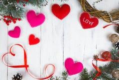 华伦泰` s一棵圣诞树的天背景、心脏和分支在一棵白色树的 安置文本 顶视图 库存照片