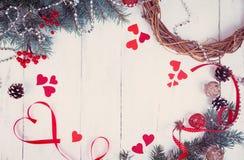 华伦泰` s一棵圣诞树的天背景、心脏和分支在一棵白色树的 安置文本 顶视图 库存图片