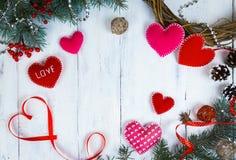 华伦泰` s一棵圣诞树的天背景、心脏和分支在一棵白色树的 安置文本 顶视图 免版税库存照片