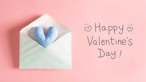 华伦泰` s与一个蓝色心脏坐垫的天消息 库存照片
