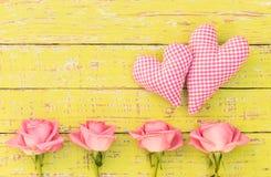 华伦泰` s与两朵爱心脏和桃红色玫瑰的天卡片开花 免版税库存图片