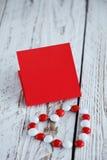 华伦泰` s与小心脏和红色白色糖果的天卡片 库存照片