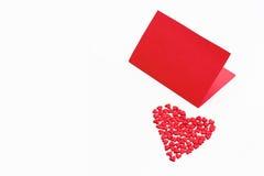 华伦泰` s与小红色心脏的天卡片在白色背景 库存照片