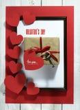 华伦泰` s与心脏的天卡片在红色背景 图库摄影