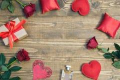 华伦泰` s与爱礼物、英国兰开斯特家族族徽、香水和心脏形状的天背景 在视图之上 复制空间 库存图片