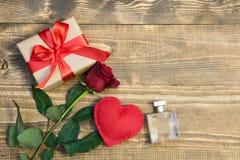 华伦泰` s与爱礼物、英国兰开斯特家族族徽、香水和心脏形状的天背景 在视图之上 复制空间 平的位置 库存照片