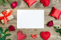 华伦泰` s与爱礼物、英国兰开斯特家族族徽、香水和心脏形状的天背景 顶视图 复制空间 平的位置 库存照片