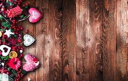 华伦泰` s与爱主题的元素的天背景喜欢棉花和纸心脏 免版税库存图片