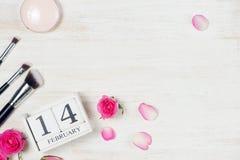华伦泰` s与玫瑰色花和日历块的天装饰 免版税库存图片