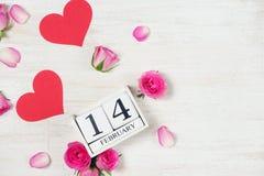 华伦泰` s与玫瑰色花和日历块的天装饰 图库摄影