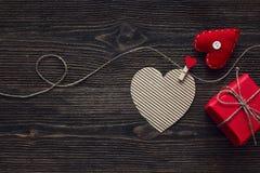 华伦泰` s与礼物盒的天在黑暗木的概念和心脏 库存照片