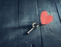 华伦泰` s与钥匙和纸心脏的天卡片 免版税库存照片