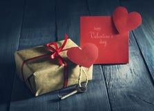 华伦泰` s与钥匙和纸心脏的天卡片 免版税图库摄影