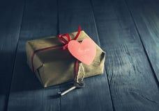 华伦泰` s与钥匙和纸心脏的天卡片 库存图片