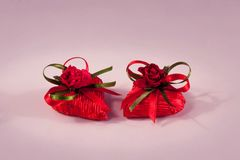 华伦泰` s以心脏的形式天巧克力在紫罗兰色背景 库存照片
