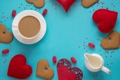 华伦泰` s卡片和概念 杯无奶咖啡用牛奶,红色心脏,在蓝色的甜点 顶视图 库存图片