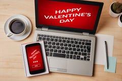 华伦泰` s在膝上型计算机和智能手机屏幕上的天概念 免版税库存照片