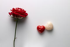 华伦泰` s天、一朵玫瑰和一个蜡烛的明信片以的形式 免版税库存照片