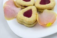 华伦泰` s天与玫瑰花瓣的心脏曲奇饼 免版税图库摄影