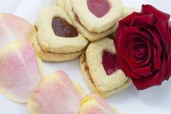 华伦泰` s天与玫瑰花瓣的心脏曲奇饼 库存图片